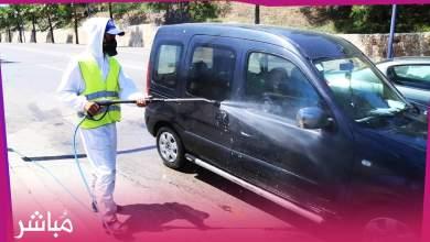 السلطات المحلية بالمضيق تقوم بتعقيم السيارات في الشارع العام 2