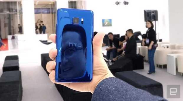 Chialin Chang держит HTC U Ultra