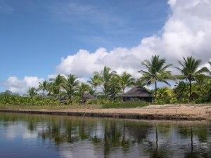 Cabanas construídas na margem do rio Itapeba