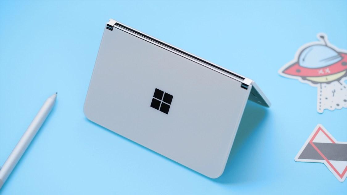 MKBHD kollar in Microsoft Surface Duo