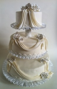 Torte-3Stock-Faltenrelief-Hochzeit1