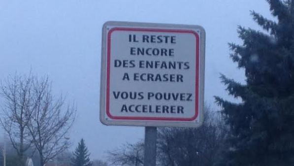 La mairie de Bretenières (Côte-d\'Or) a installé un panneau teinté de second degré pour demander aux automobilistes de lever le pied.