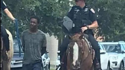 De nombreux internautes ont été choqués par cette photographie devenue virale. Le commissariat de Galveston s\'est excusé, le 6 août 2019.
