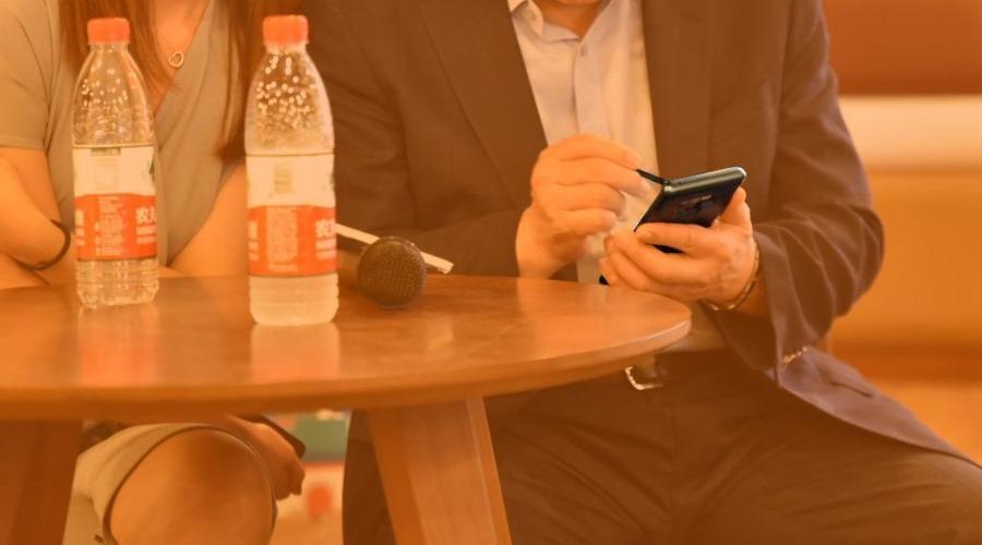 Samsungs CEO ist mit Galaxy Note 9 unterwegs