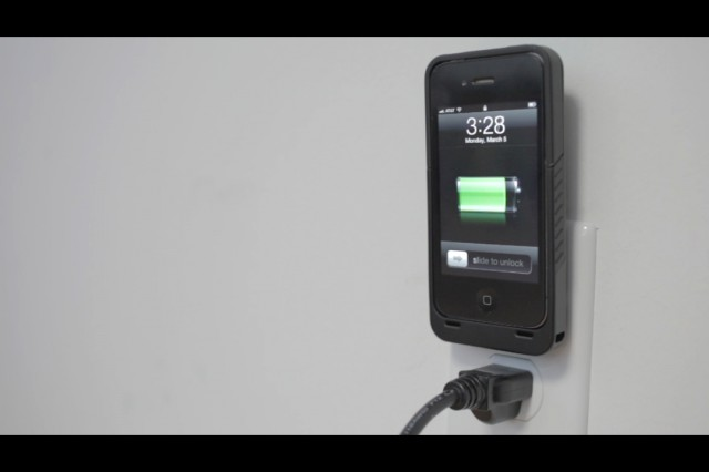 120315-juice1-640x426 JuiceTank Case for iPhone Has Built-In Wall Charger