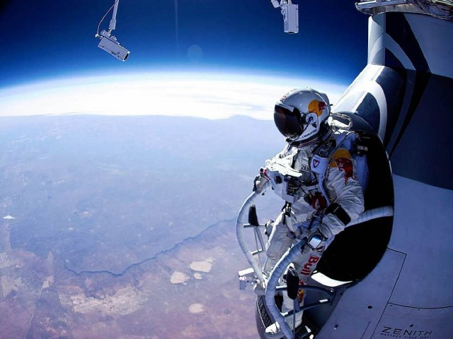 felix-baumgartner-standing-in-his-capsule-about-to-dive Felix Baumgartner's Amazing Freefall (Video)