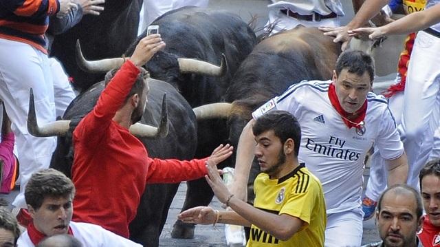 Running-Bulls-Selfie-Spain Man Taking Selfie During Bull Run In Spain (Video)