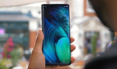 Смартфон с экраном-водопадом в руке