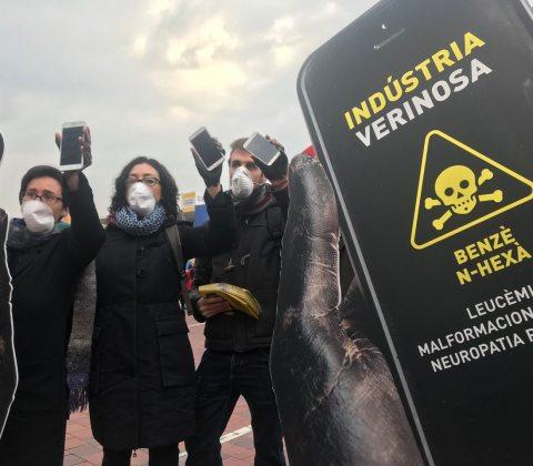 Activistes de SETEM denuncien la utilització de productes tòxics en la producció de mòbils a l'MWC