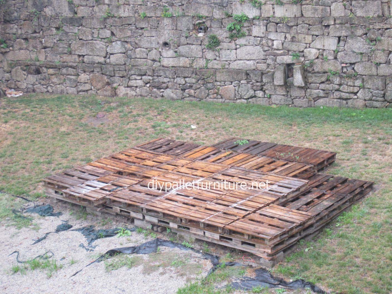 Pavimenti semplice realizzato con pallet di legnoMobili