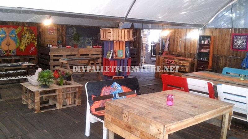 Bar decorato con mobili di palletMobili con Pallet  Mobili con Pallet