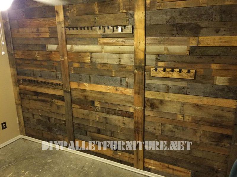 Muro rivestito con tavole pallet e appendiabitiMobili con Pallet  Mobili con Pallet
