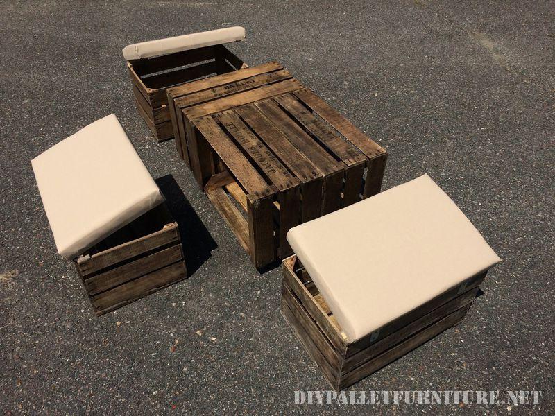 Tavolo e sgabelli con cassette per la fruttaMobili con