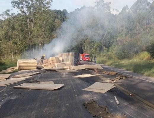 Tombamento de carreta em Ibirama