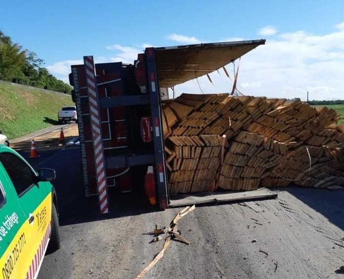 Carreta com madeira