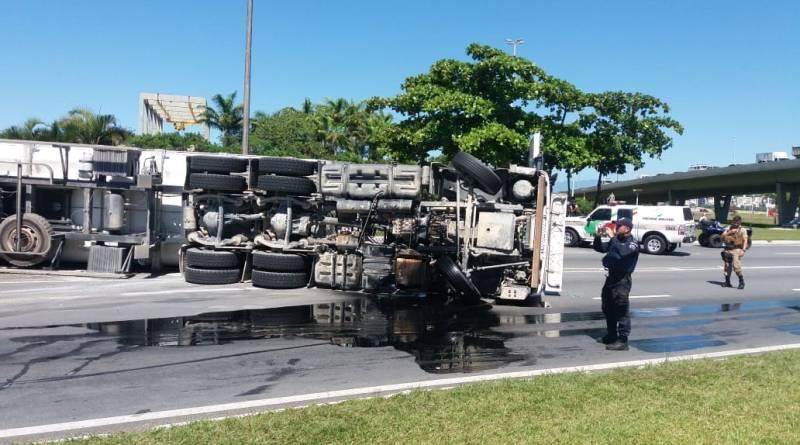 Caminhão tombado Ilha saída