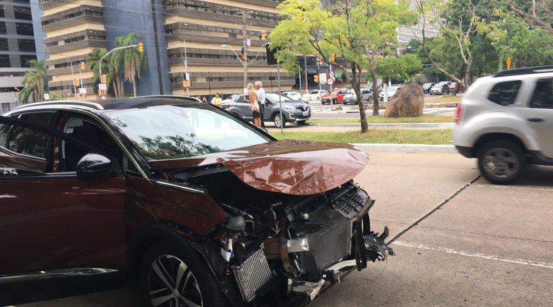 Dois carros batem