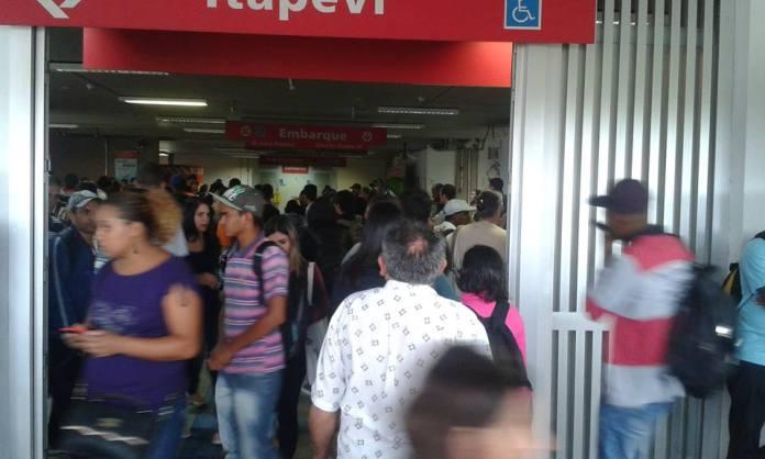 """""""Na estação Itapevi a CPTM não tem respeito pelos seus usuários vendem o bilhete sem comunicar o problema das linhas. E não fazem reembolso. É uma vergonha!"""" Relato e imagem do passageiro Davi Nogueira."""