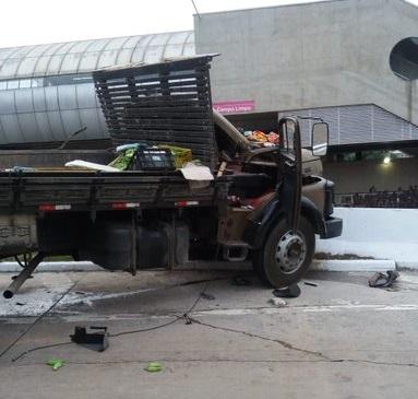 Caminhão bate em mureta na Estrada do Campo Limpo