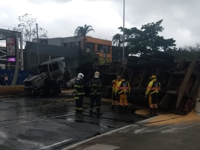 Caminhão tombado na Avenida dos Bandeirantes