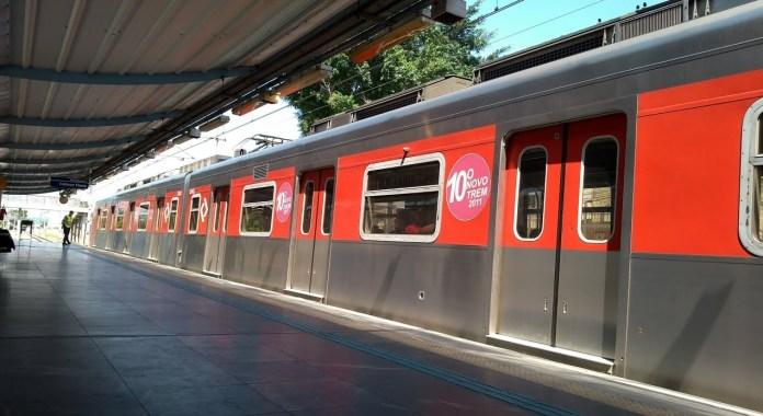 Trem na Estação Jardim Romano da Linha 12-Safira