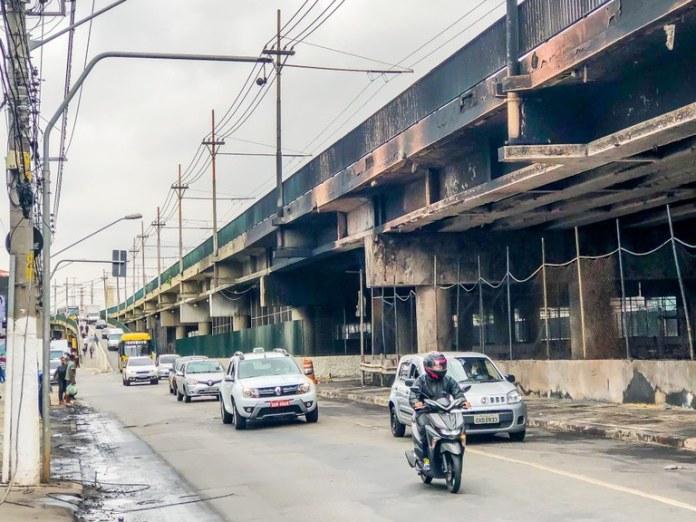 Trânsito na lateral do viaduto