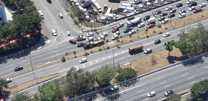 Acidente entre carro e motocicleta