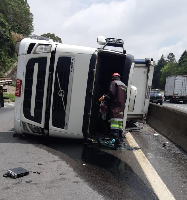Caminhão tombado na Fernão Dias