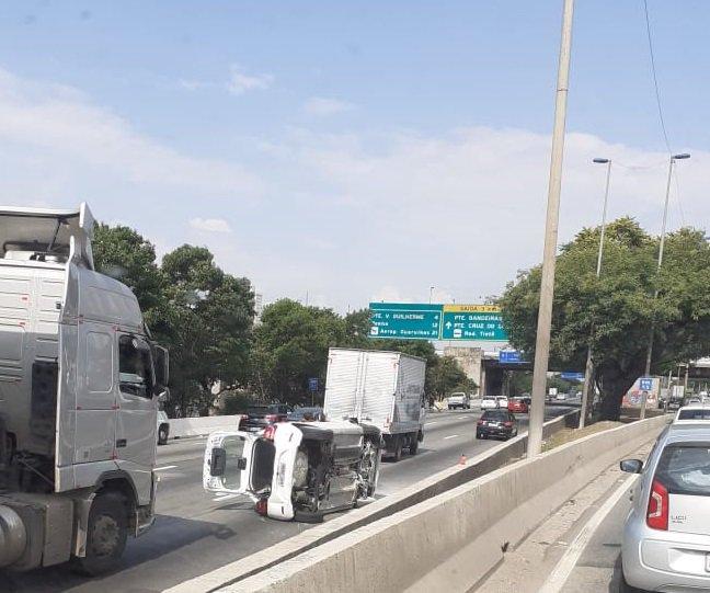 Carro capota na Marginal Tietê