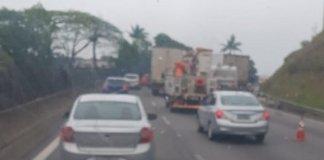 Caminhão quebrado na rodovia Raposo Tavares