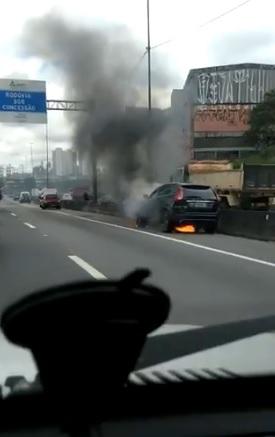 Carro incendiado na rodovia Fernão Dias