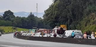 Capotamento na rodovia Fernão Dias