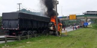 Carreta pega fogo em Cubatão rodovia Cônego Domênico Rangoni