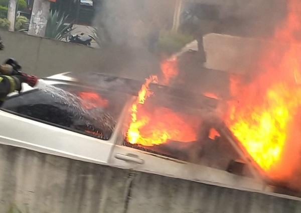 Carro em chamas Corpo de Bombeiros