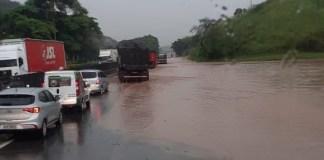 Alagamento na rodovia Presidente Dutra