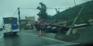 Caminhão tombado Rodovia Raposo Tavares