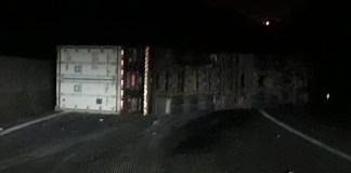 Carreta tombada na rodovia Cônego Domênico Rangoni