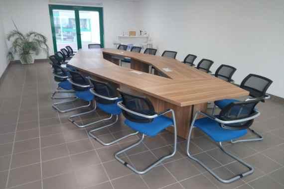 Mobilier pour salle de réunion d'une industrie située à Alençon