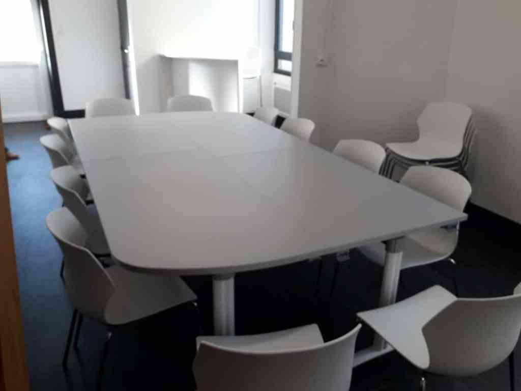 Local du comité d'entreprise avec zone d'accueil et espace réunion d'une capacité de 16 personnes.
