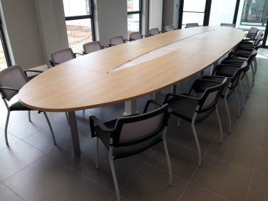 Sièges de réunion Inventiv (assise gris orage et dossier résille coloris gris clair)