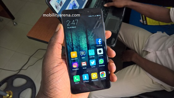 Xiaomi Redmi Note 4 hands-on in hand