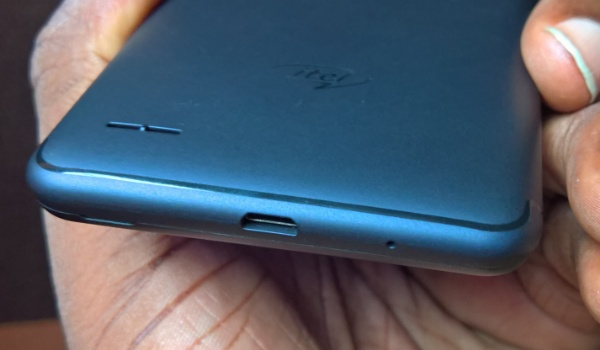 itel p32 hands-on review design bottom edge