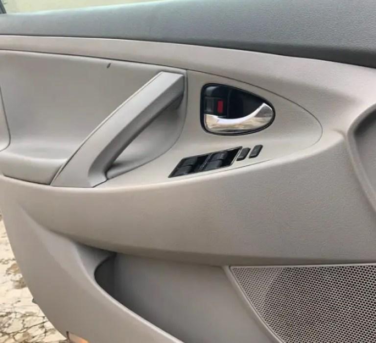 apple iPhone xr review - car door