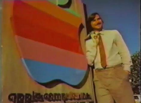 Steve Jobs przed kampusem Apple'a