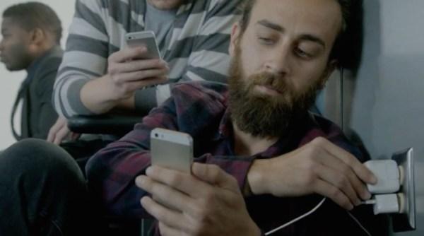 Właściciele iPhone'ów przytulają się do ściany w najnowszej reklamie Samsunga