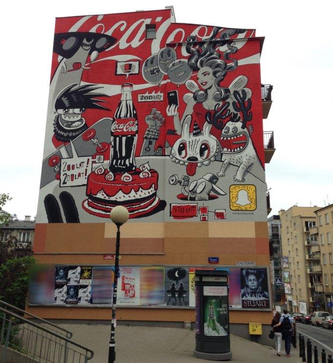 Mural Coca-coli z kodem Snapcode'em Snapchata w Warszawie