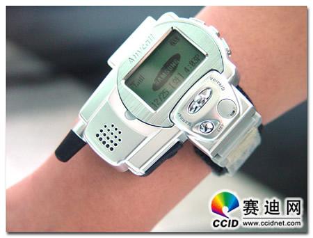 Samsung SPH-WP10 smartwatch na ręku