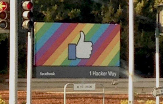 Znak siedziby Facebooka w Menlo Park w Kalifornii podczas parady równości w czerwcu 2015 r.