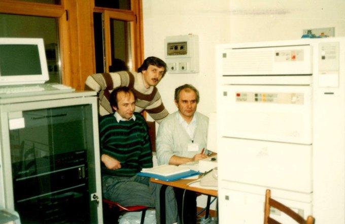 Informatycy CIUW, którzy wysłali pierwszego polskiego e-maila (od lewej K. Gaweł, T. Węgrzynowski, A. Smereczyński)