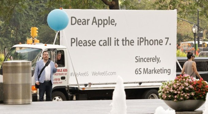 Billboard agencji 6S Marketing z apelem do Apple'a